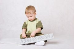 Muchacho que pulsa en el teclado imagen de archivo