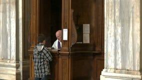 Muchacho que realiza la confesión católica en el maggiore de Santa María de la basílica, Roma almacen de video
