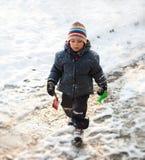 Muchacho que recorre en nieve Foto de archivo libre de regalías