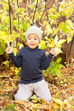 Muchacho que recorre en parque otoñal Fotos de archivo libres de regalías