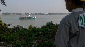 Muchacho que se coloca cerca de un río Fotografía de archivo