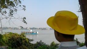 Muchacho que se coloca cerca de un río Foto de archivo libre de regalías