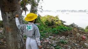 Muchacho que se coloca cerca de un río Imagen de archivo