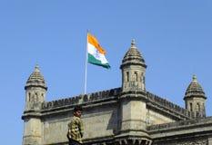 Muchacho que se coloca delante de la entrada de la India Imágenes de archivo libres de regalías