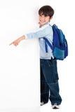 Muchacho que se coloca feliz detrás de la tarjeta Fotografía de archivo libre de regalías