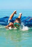 Muchacho que se divierte en el mar Fotos de archivo