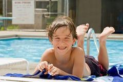 Muchacho que se divierte en la piscina Imagen de archivo