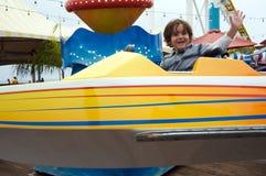 Muchacho que se divierte en un parque de atracciones Fotografía de archivo