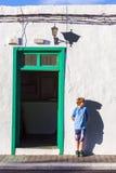 Muchacho que se inclina en una pared y que lanza una sombra divertida Fotos de archivo