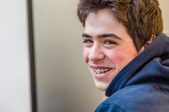 Muchacho que sonríe con los apoyos Imagen de archivo libre de regalías