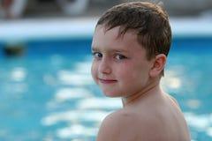 Muchacho que sonríe por la piscina Fotos de archivo libres de regalías