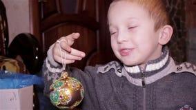 Muchacho que sostiene el juguete de la Navidad metrajes