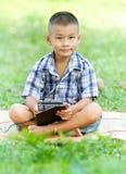 Muchacho que sostiene la tableta Imagen de archivo libre de regalías