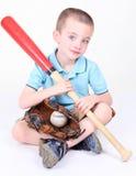 Muchacho que sostiene un bate de béisbol con la bola y el glov Imagenes de archivo
