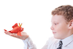 Muchacho que sostiene un goldfish fuera del plasticine Imágenes de archivo libres de regalías