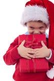 Muchacho que sostiene un regalo de la Navidad Fotografía de archivo