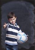 Muchacho que sostiene una bola Imágenes de archivo libres de regalías