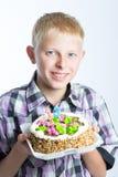 Muchacho que sostiene una torta Imágenes de archivo libres de regalías