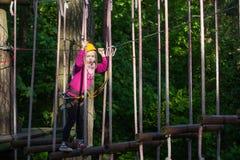 Muchacho que sube en el parque de la aventura, parque de la cuerda Fotos de archivo