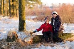 Muchacho que taja la madera en el invierno en la naturaleza Fotos de archivo