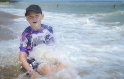 Muchacho que tiene ondas del Mar Negro de la diversión fotos de archivo
