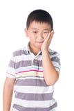 Muchacho que tiene un dolor de muelas que se sostiene la cara con su mano, aislada en el fondo blanco Imagenes de archivo