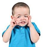 Muchacho que tira de la cara divertida fotos de archivo libres de regalías