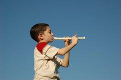 Muchacho que toca la flauta Fotografía de archivo