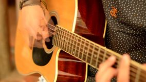 Muchacho que toca la guitarra almacen de metraje de vídeo