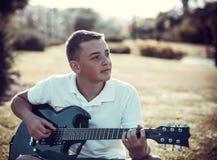 Muchacho que toca la guitarra eléctrica Imagen de archivo