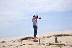 Muchacho que toma imágenes en la playa Fotos de archivo libres de regalías