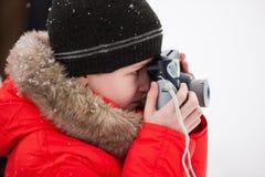 Muchacho que toma las fotos el día de invierno Imágenes de archivo libres de regalías