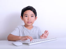 Muchacho que trabaja en el ordenador imagenes de archivo