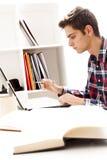 Muchacho que trabaja en la computadora portátil Fotografía de archivo