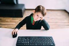 Muchacho que trabaja en una PC Fotografía de archivo