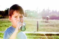 Muchacho que usa el inhalador para el asma en naturaleza Foto de archivo libre de regalías