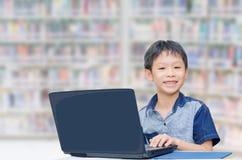 Muchacho que usa el ordenador portátil Imagen de archivo libre de regalías