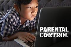 Muchacho que usa el ordenador portátil con de mensaje de control parental Fotos de archivo libres de regalías