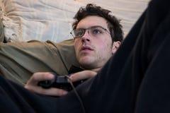 Muchacho que usa el regulador del juego video Imagen de archivo