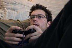 Muchacho que usa el regulador del juego video Imagen de archivo libre de regalías