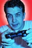 Muchacho que usa el regulador del juego video. JUGUEMOS Foto de archivo