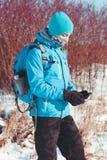 Muchacho que usa el teléfono móvil al aire libre Foto de archivo libre de regalías
