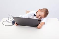 Muchacho que usa su ordenador portátil Fotografía de archivo libre de regalías