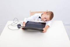 Muchacho que usa su ordenador portátil Foto de archivo libre de regalías