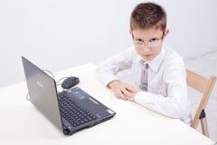 Muchacho que usa su ordenador portátil Foto de archivo
