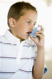 Muchacho que usa un inhalador fotos de archivo libres de regalías