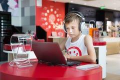 Muchacho que usa un ordenador portátil en la tienda de Lenovo, Pekín Fotos de archivo libres de regalías