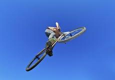 Muchacho que va aerotransportado con su bici de la suciedad Fotografía de archivo libre de regalías
