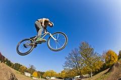 Muchacho que va aerotransportado con una bici de la suciedad Fotos de archivo libres de regalías