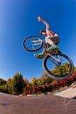 Muchacho que va con su bici de la suciedad Imagen de archivo